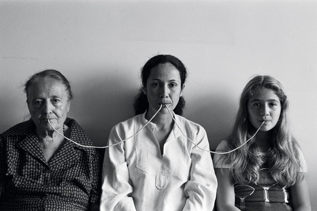Anna Maria Maiolino, Por um Fio (By a Thread)